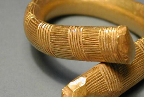 Gold neck ring with incised decoration